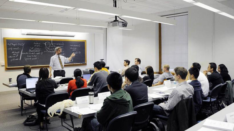 Professor Oiver 走odenough teaches Thayer School graduate students